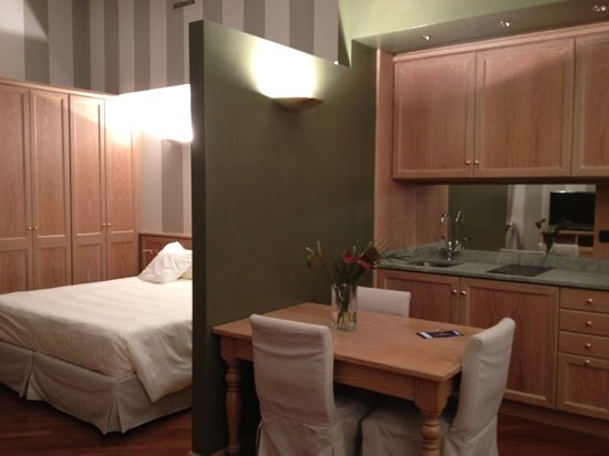 Camperio House Suites & Apartments: dining and sleeping areas