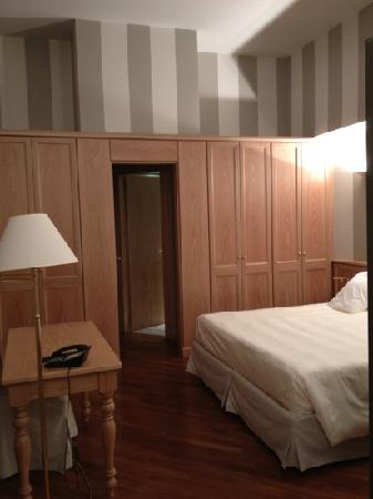 Camperio House Suites & Apartments: sleeping area and lots of storage space