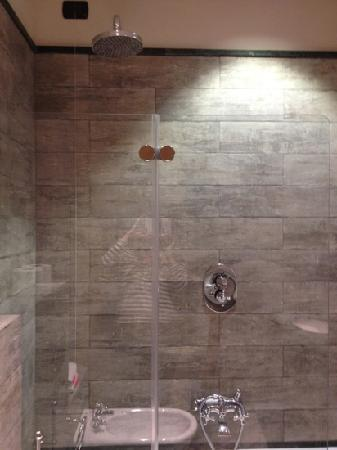 Camperio House Suites & Apartments: wonderful shower and tub