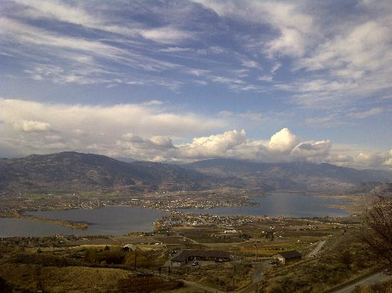Burrowing Owl Estate Winery Guest House: View over Osoyoos -15km from estate