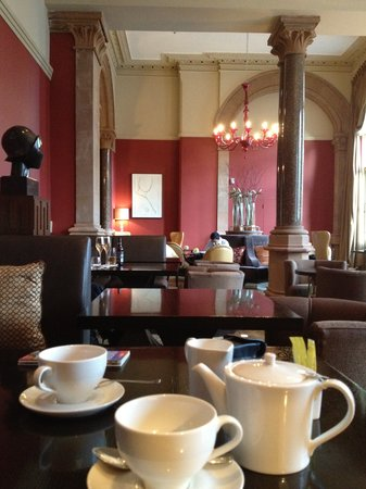 St. Pancras Renaissance Hotel London: Club lounge dining area