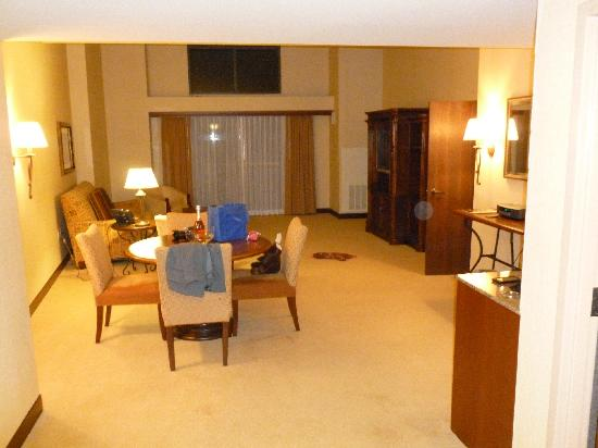 Inn of the Mountain Gods Resort & Casino: Royal Suite - living room entrance