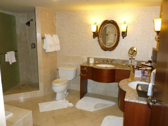 ‪‪Inn of the Mountain Gods Resort & Casino‬: Royal Suite - Master bath. 2nd bath is by the entrance.‬