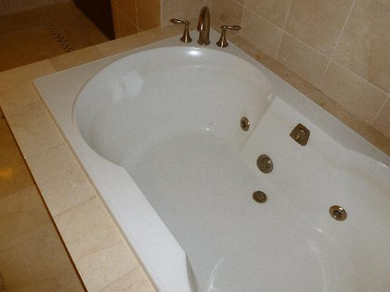 Inn of the Mountain Gods Resort & Casino: Jacuzzi tub - can't see the grime or hair on this pic, but it's their.