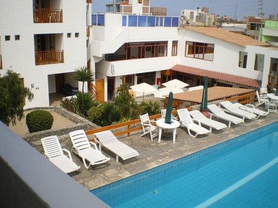 Hotel Bracamonte: piscine avec vue sur des chambres