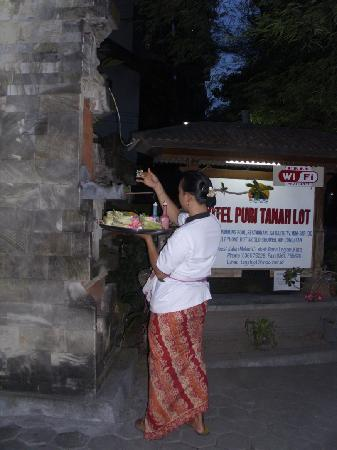 Hotel Puri Tanah Lot: at the hotel entrance