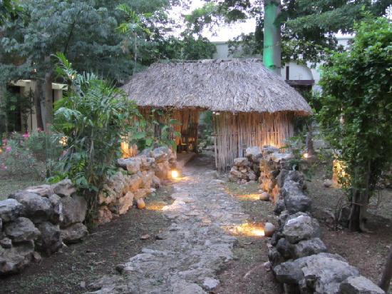 Museo de la Cultura Maya: Mayan hut in museum's garden