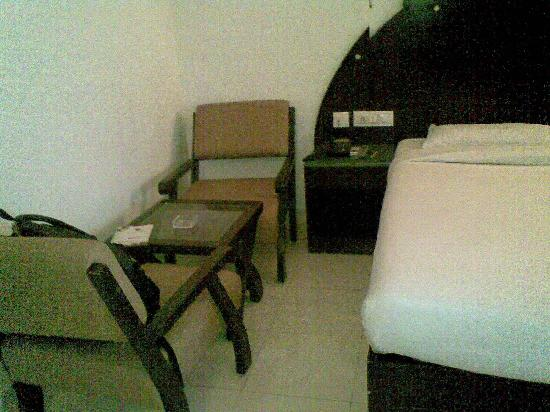 Treebo Grand Plaza: room with chairs and table