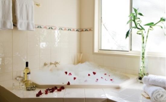 Royal Woods Resort: Enjoy Our Corner Spa Rooms