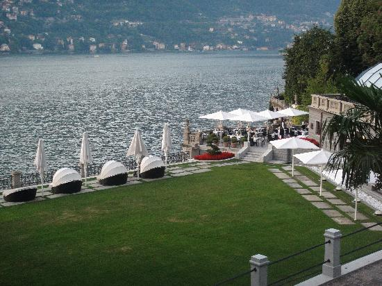 Blevio, Italie : View over lawn, terrace sun lounges to resaurant on terrace