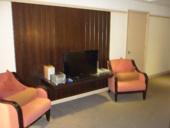 Pacific Regency Hotel Suites: Tv And Dodgy 90u0027s Furniture
