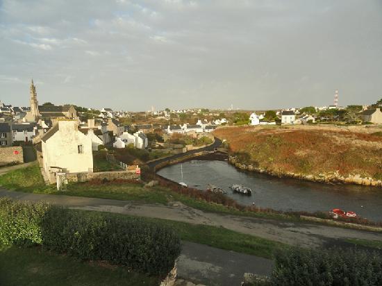 Ouessant, France: vue d'une chambre vers le port