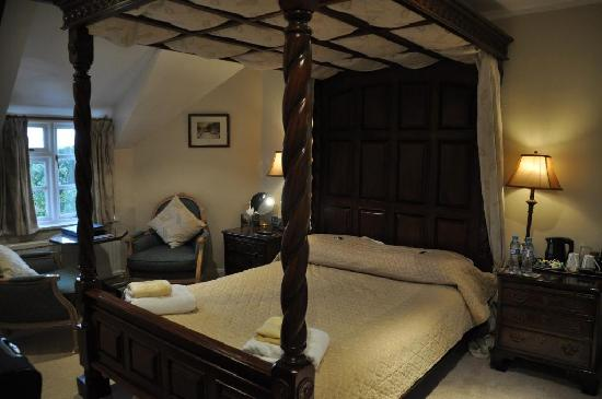 Lowerfield Farm Bed and Breakfast: (Sloping) Bedroom