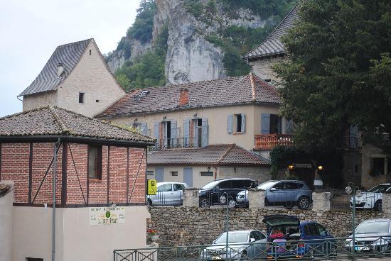 Hôtel La Truite Dorée : vue du pont et sur le parking de l'hôtel
