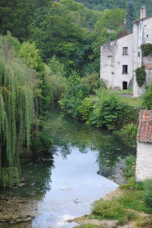 Hôtel La Truite Dorée : photo prise de l'autre côté de la rivière