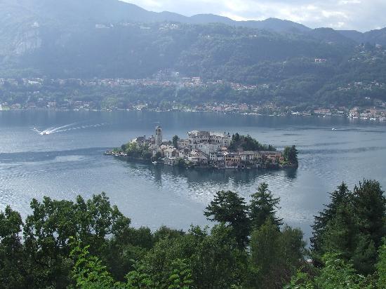 Orta San Giulio, Italy: uitzicht op isola san giulio , linksboven madonna del sasso