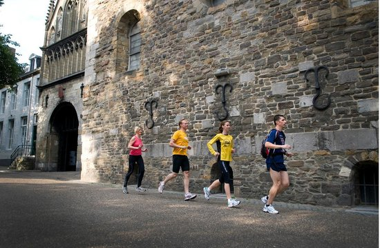 Maastricht, Nederländerna: Running along old Churches
