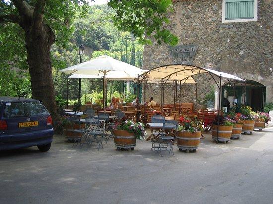 Berlou, ฝรั่งเศส: terras voorzijde , er is ook een picknickplek onder aan de rivier