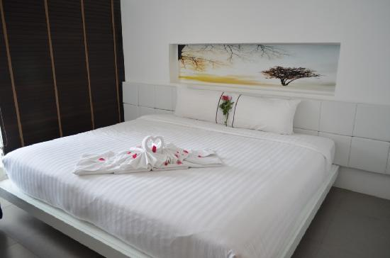 The Gallery Hotel: Big Bed and Lovely Bird Towel