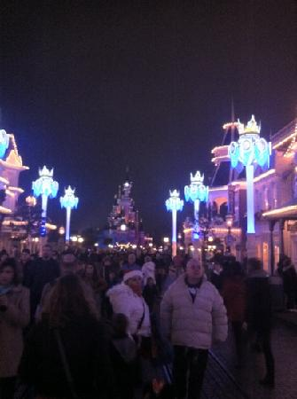 Disneyland Park: Disney castle Christmas lights