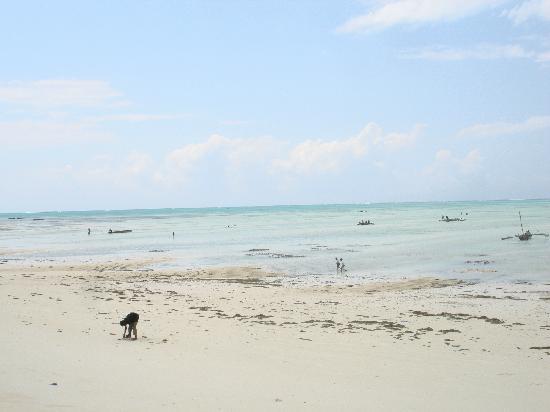 Paje Beach: piano piano risale il mare....