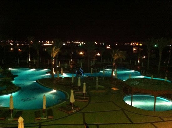 Hilton Sharks Bay Resort: view at night
