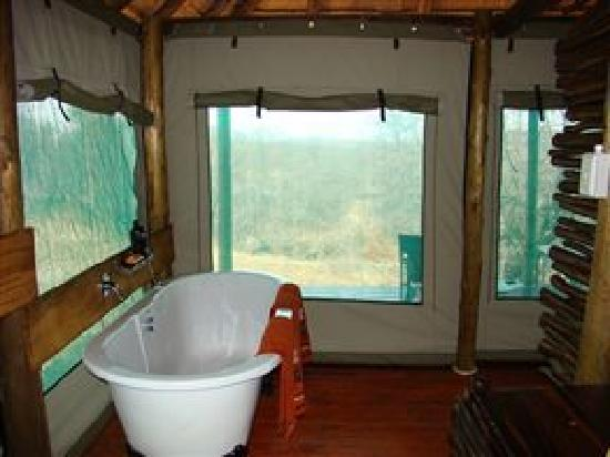 Muweti Bush Lodge: Bathroom with a view