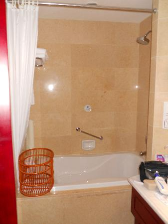 Huaxi Hotel: Bath-tub with shower above