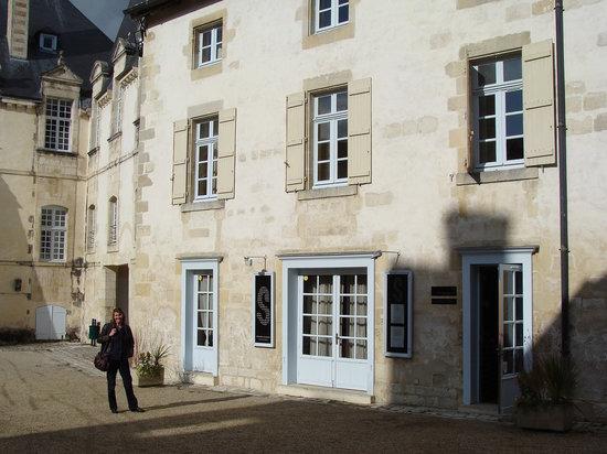 Le scorlion : Courtyard entrance