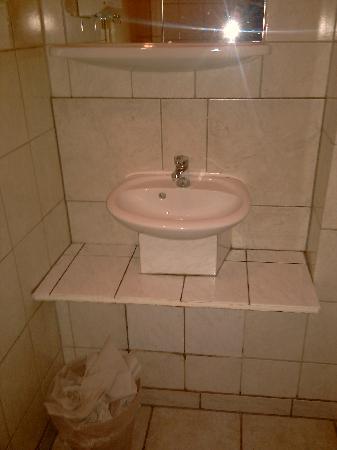 BS Hotel: Das Bad ist wie das Klo auf dem Flur, das Schwarze in den Fugen ist Schimmel