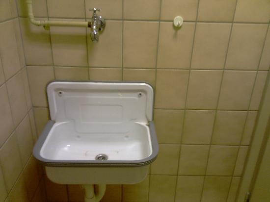 BS Hotel: Sauberer ist dieses Becken, allerdings nur kaltes Wasser