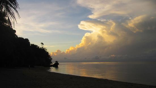 Cove Paradise Beach & Dive Resort : Sunrise on the east side of the beach (rocky outcrops)