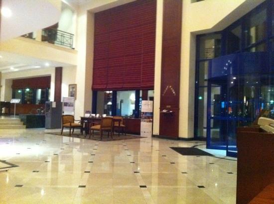 Radisson Blu Hotel, Tashkent: lobby entrance