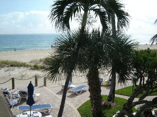 Tropic Seas Resort: Basic view of area from second floor balcony