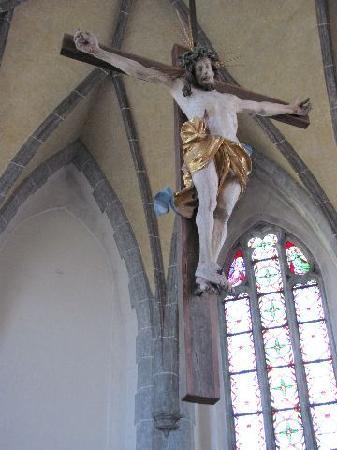 Friedhofskirche St. Michael: hanging crusifix