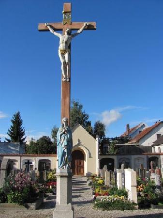 Friedhofskirche St. Michael: large crusifix