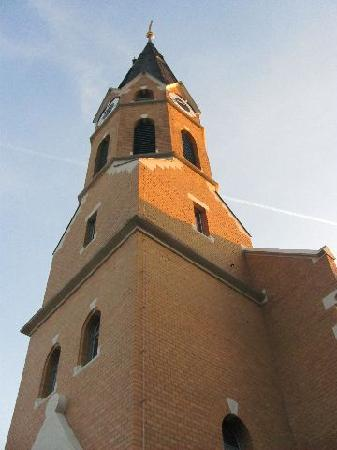 Evangelisch-Lutherische Aufstehungskirche: evening sun