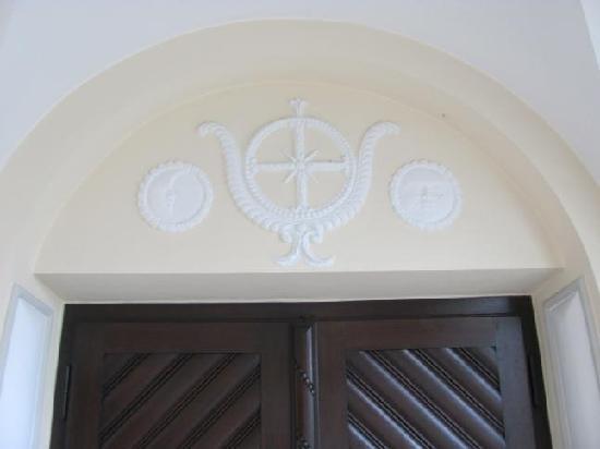 Missionshaus hl Kreuz: tympanum