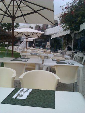 SENTIDO Phenicia : Outdoor breakfast area.