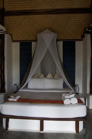 Anankhira Villas: Bedroom with needed mossie net!
