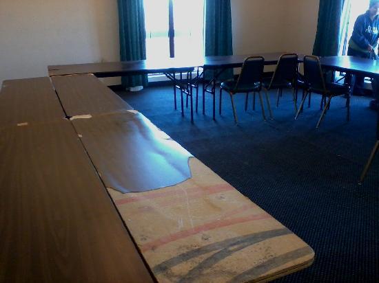 La Casa Inn : broken tables WE set up