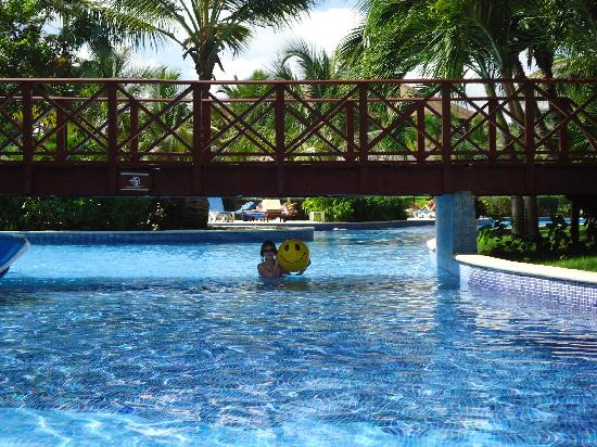 Dreams Punta Cana Resort & Spa: The pool winds from the lobby to the beach