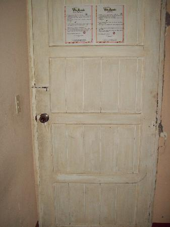 Hotel Villa Angelo: Filthy and unsecure door.