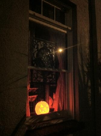 Cassadaga Hotel: Window decor for Halloween
