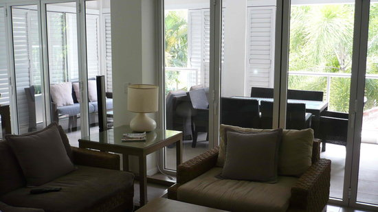 Peppers Beach Club Port Douglas: lounge living to balcony living