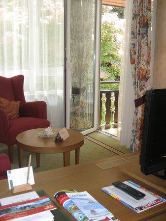Landidyll Hotel Zum Kreuz: Schreibtisch, Sitzecke und Balkon