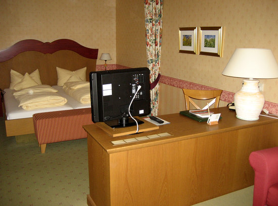 Landidyll Hotel Zum Kreuz: Schreibtisch und Betten