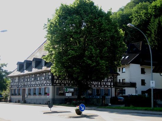 Landidyll Hotel Zum Kreuz: Hotelfront mit modernem Hintergebäude