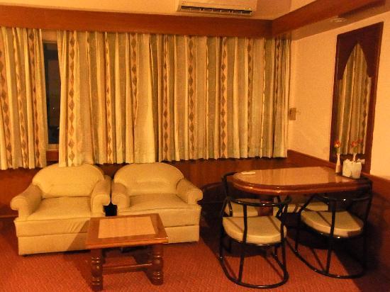 Grand Thara Hotel: ソファ・カウンター