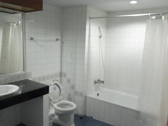 Grand Thara Hotel: バスルーム